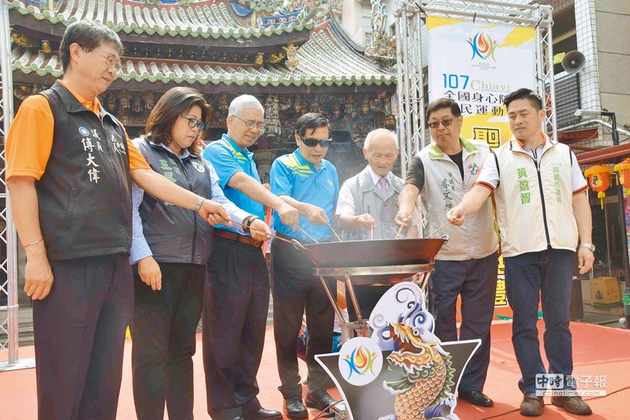 嘉義市長涂醒哲(左四)等人把聖火引燃至由交趾陶製成的母火燈座中。(呂妍庭攝)
