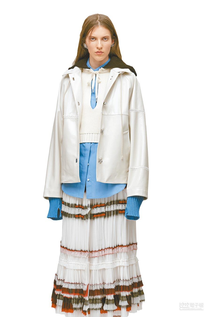 3.1 Phillip Lim 2018早秋系列以航海為主題,充滿針織、抽繩細節的單品中,並以縐褶帶出吉普賽般的浪漫情調,模特穿水手領針織衫2萬3500元、白色縐褶長裙3萬4000元。(3.1 Phillip Lim提供)