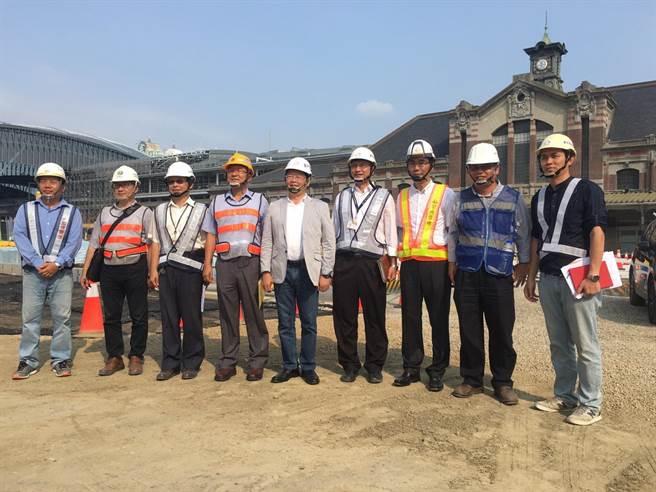 台中市府建設局長黃玉霖(中)24日到台中火車站場廣6工程現場了解各工區施工情形,有信心在6月底前提前完工。(盧金足翻攝)