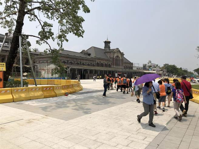 台中火車站廣場一階段工程提前完工,站前廣場已可通行。(盧金足翻攝)