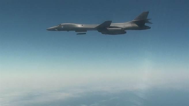 美國B-1B轟炸機投放2枚LRASM長程反艦飛彈,似有與俄國較勁的意味。(圖/美國海軍)