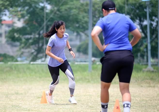 「足球甜心」張愫心在教練的引導下示範體能訓練。(李弘斌攝)