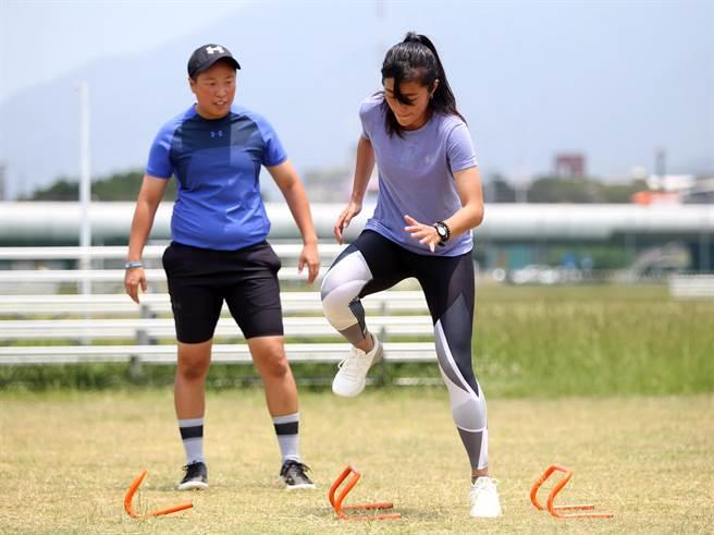 應諾吉運動訓練中心創辦人劉馥榕(左)目前也擔任中華女足的體能教練。(李弘斌攝)