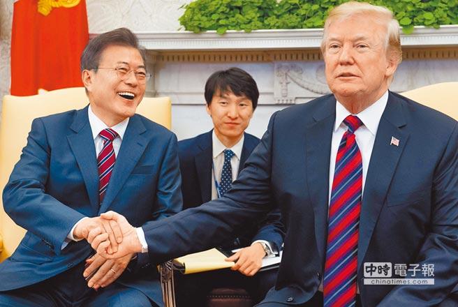 川普(右)在白宮接待來訪的文在寅,文在寅向川普強調,他相信金正恩的去核意志,也相信金正恩希望和川普會談。(法新社)