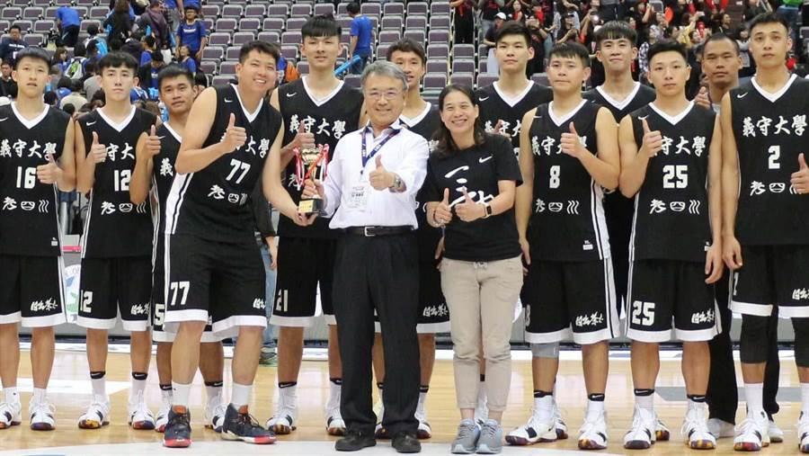義大男籃拿下今年UBA最佳成績,謝玉娟教練(前排)深感欣喜。(林雅惠翻攝)