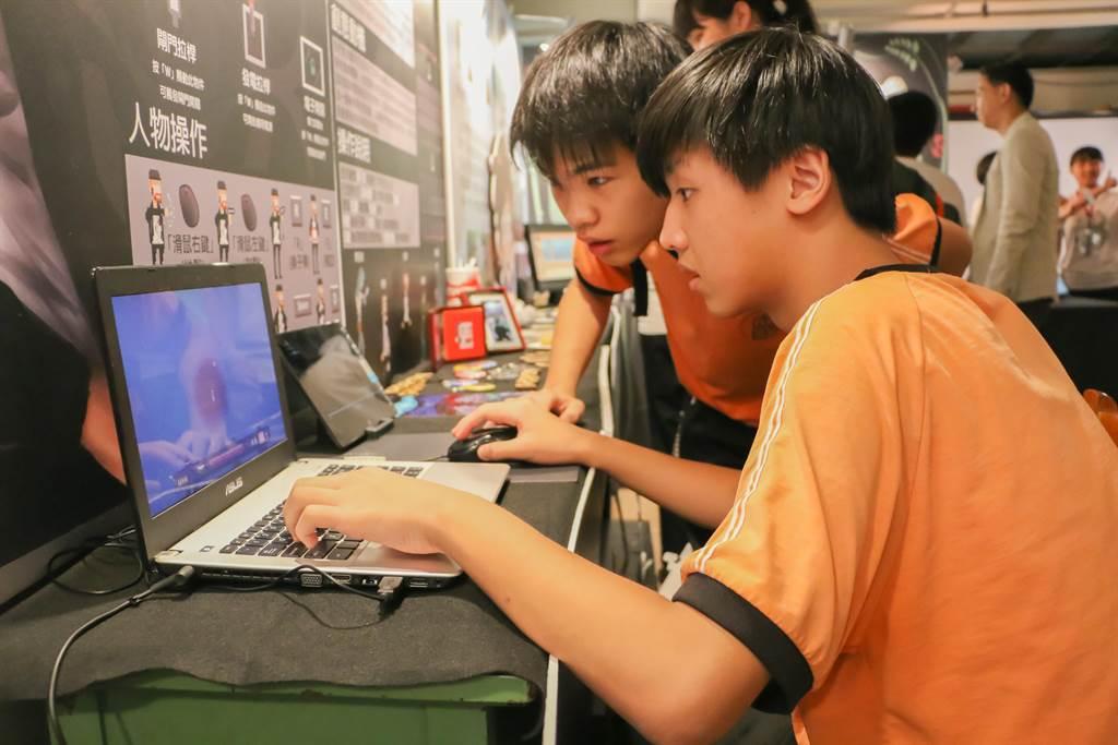 東海高中多媒體動畫科學生藉由「遊戲」與「動畫」作品創作,喚醒大眾對社會重大議題的關注。(譚宇哲翻攝)