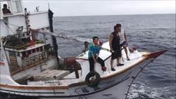 漁工遭魟魚刺傷左手無名指 海巡快艇即刻救援