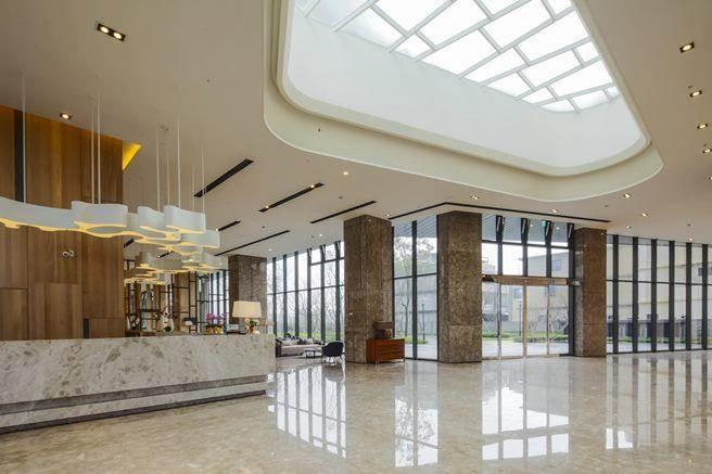 以及飯店式接待櫃檯上方之挑空天井增添美感,更讓視覺充滿純粹與永恆的藝術氛圍。(圖/三本建設提供)