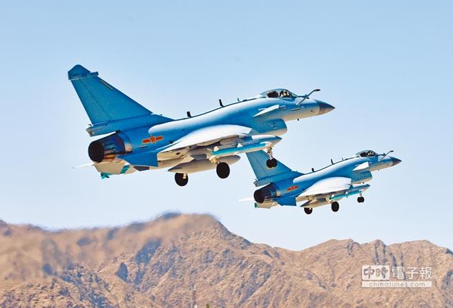 5月23日,參加解放軍空軍「紅劍-2018」對抗演習的戰機進行訓練。(新華社)