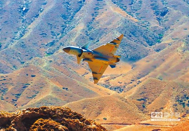 殲-10C戰機飛行訓練。(新華社)
