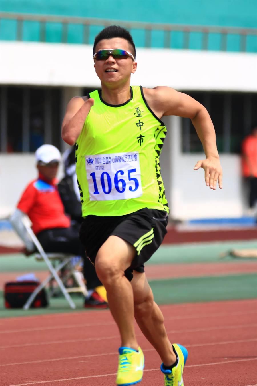 林佳延在身障運棄羽球改練田徑,參加肢障男子組T47級100公尺競賽飆出13秒74,改寫上屆16秒11紀錄。(圖/台中市府提供)