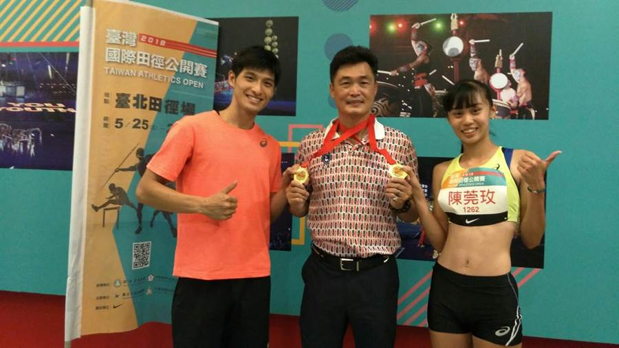 陳莞玫(右)摘台灣賽百米金牌,李奎龍奪男子三級跳冠軍,兩人賽後將金牌獻給許唐漢教練。(黃邱倫)