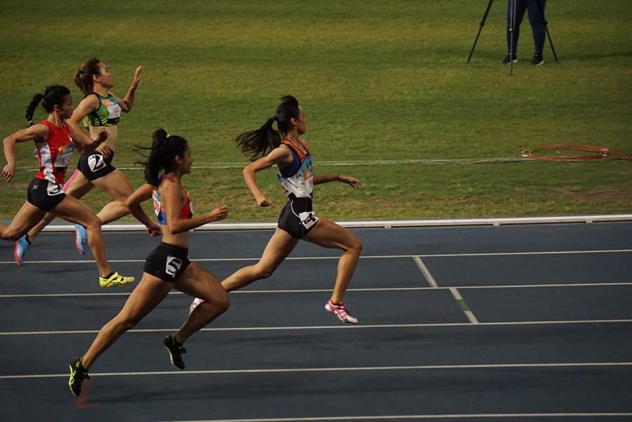 高三生陳莞玫一馬當先奪下台灣公開賽女子100公尺金牌。(許唐漢教練提供)