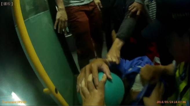 吳姓男子在公車上調戲1名懷胎9月的廖姓孕婦並口出穢言,2名年輕男乘客見義勇為當場出手壓制吳男,報警處理。(張妍溱翻攝)