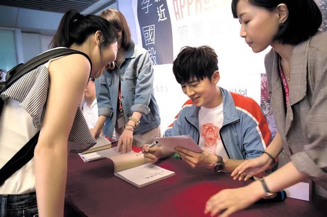 李國毅簽書會。(美好事物出版社提供)