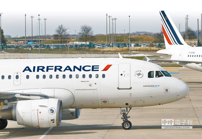 法航班機停駐巴黎戴高樂機場。(美聯社)