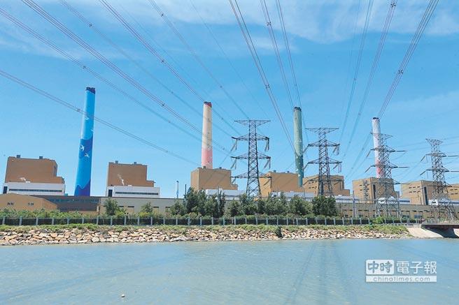 台中市長林佳龍指出台中空汙近3年來有明顯改善,提出86項減量措施,雖不盡滿意,但也小有成果,圖為台中火力發電廠,高聳的電線將電力輸出至中部地區。(本報資料照片)