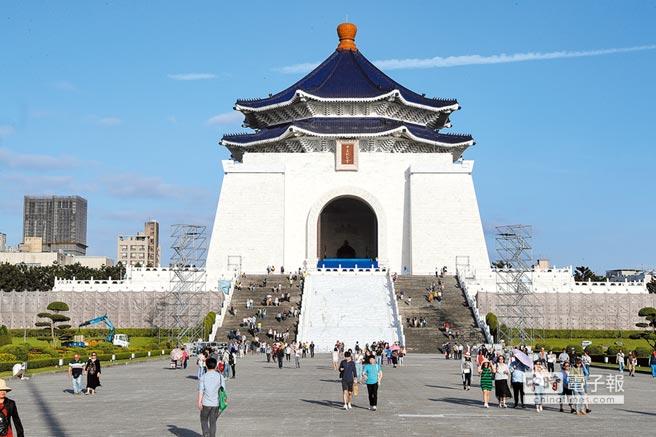 來台陸客團變少,台北熱門景點中正紀念堂也變得冷清。(本報系資料照片)