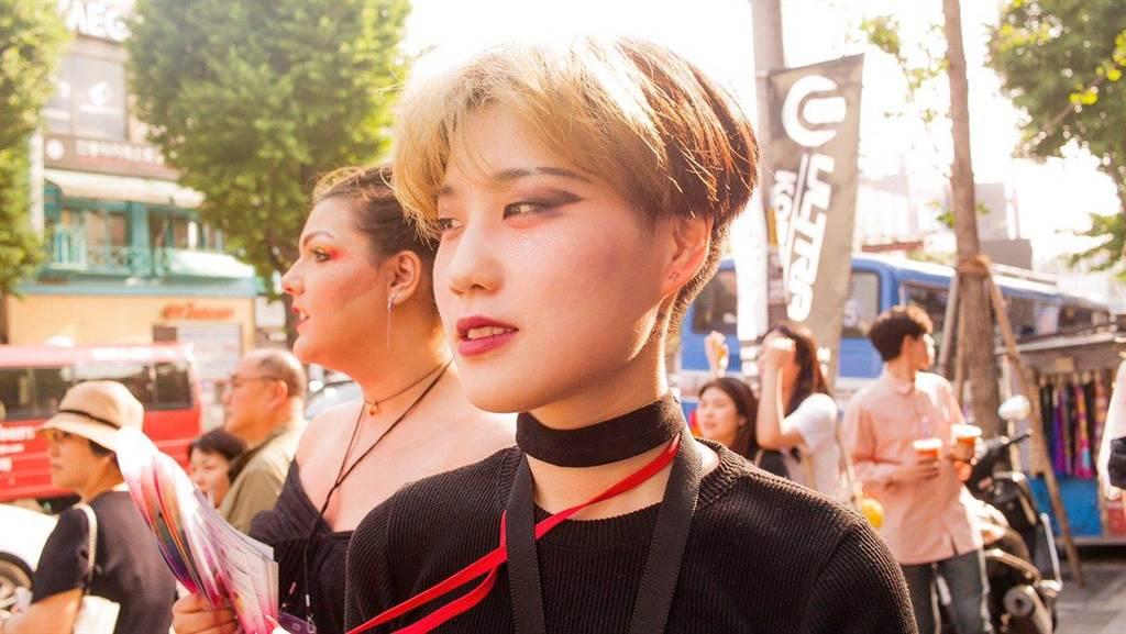 南韓民眾參加史上首次舉辦的「扮裝皇后大遊行」活動。(圖/推特@Dragshoot_BANG)