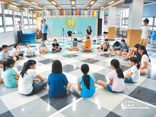 實驗學校大幅增加,各校積極推動特色課程,博嘉實驗國小安排3至6年級學生籌備「樟樹下藝文饗宴」,共花20周、每周2節課時間。圖為演員把握演出前最後時間加緊練習。(張潼攝)