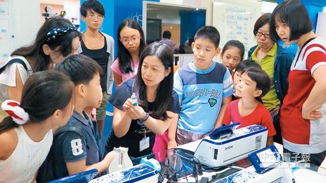 台北市教育局去年9月替自學生舉辦一場「非學校型態實驗教育開學典禮」,由台北市影視音實驗教育機構、自學生擔綱表演,安排學生在青發處創新學習基地體驗自造者課程。(台北市教育局提供)