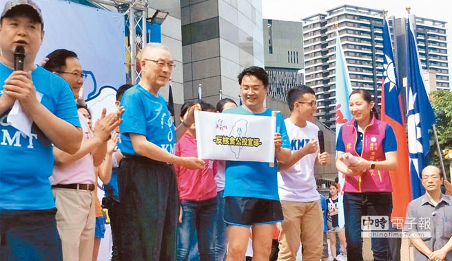 國民黨主席吳敦義(左三)26日上午出席「愛台不斷電,青年護台灣」環台接力路跑儀式,表示反空汙、反核食是全台共同目標,無可退讓。(記者潘維庭攝)