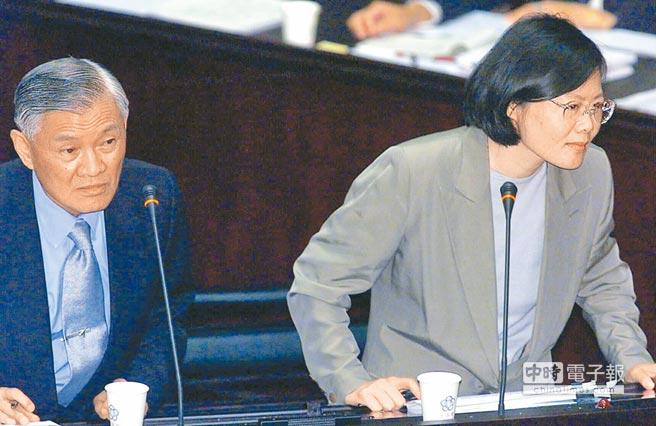2000年7月6日,時任行政院長唐飛(左)和陸委會主委蔡英文(右二)在立院總質詢時,蔡英文答詢稱,目前是以「各自表述一個中國」來闡明兩岸關係。(本報系資料照片)
