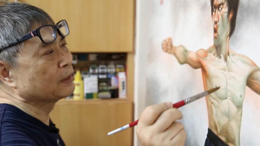 許思維拍下阮大勇畫李小龍的模樣。(甲上提供)