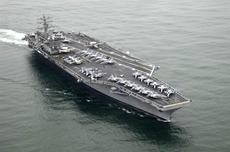 美國海軍「尼米茲」號航母航向聖地牙哥海域的資料照。(美國海軍)