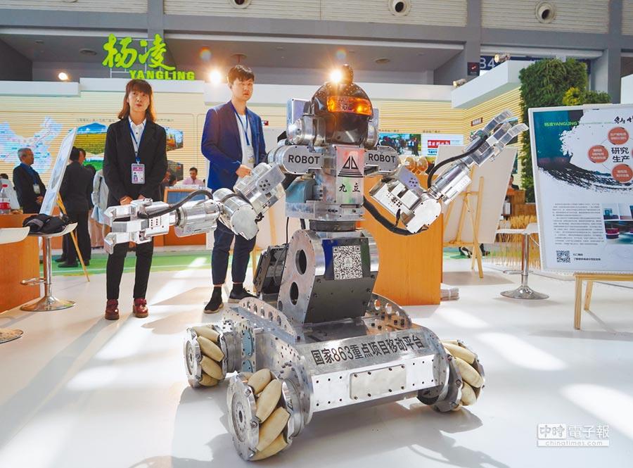 大陸製造的智能雙臂機器人。(新華社)