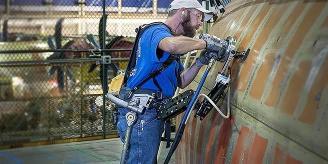洛馬第2代外骨骼,單純力學原理的FORTIS,已經有工業公司在採購使用。(圖/洛克希德馬丁)