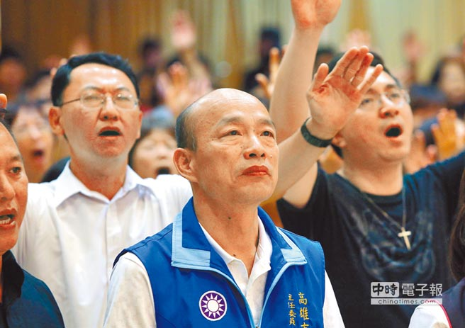 代表國民黨角逐高雄市長的市黨部主委韓國瑜(中)27日在鳳山活泉靈糧堂參加禱告會,高雄基督教會力挺韓國瑜,為他祈禱祝福。(王錦河攝)