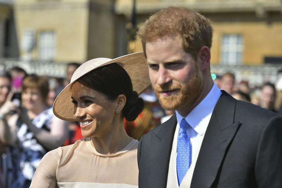 獲封為薩塞克斯公爵的哈利王子5月22日偕同新婚妻子梅根,一起出席白金漢宮花園派對的神情。(美聯社)