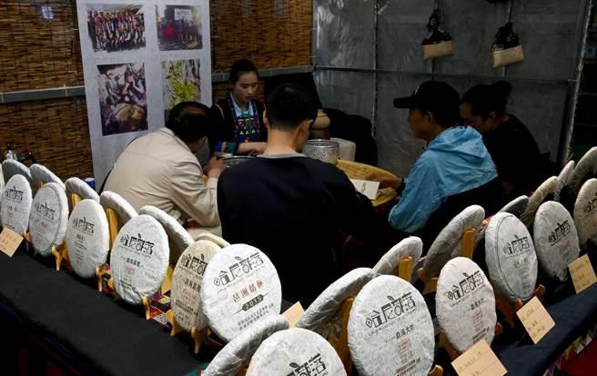 普洱茶產品交易博覽會在雲南省普洱市開幕,民眾在茶博會上交易各種產品。(圖/ 新華社)