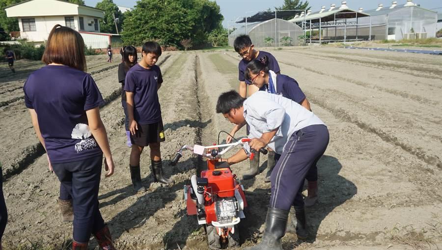 雲林縣推動農業人才的「3X3+4攜手計畫」,學習德國師徒制培育新農,農業師傅教學生如何操作農機。(許素惠攝)