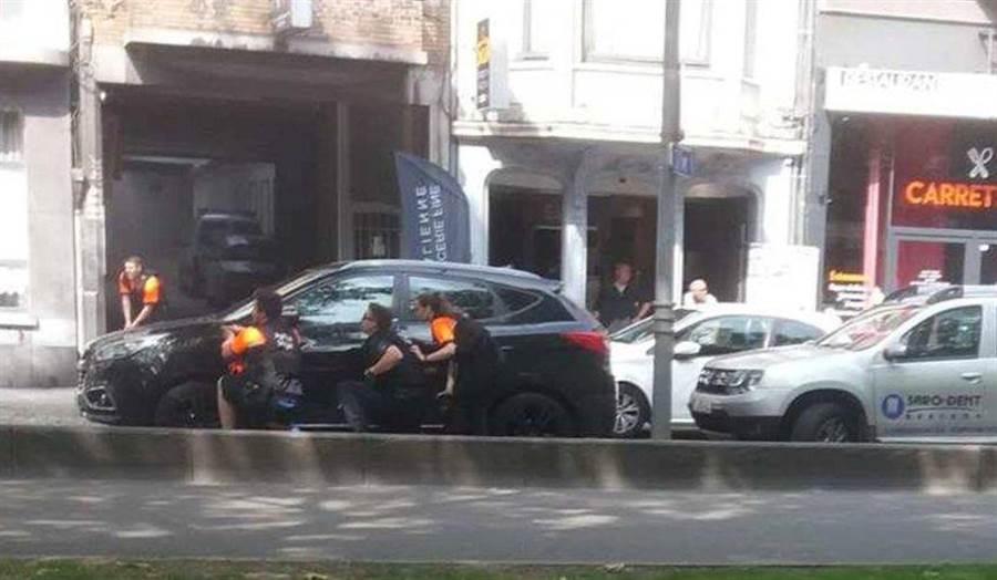 比利時驚傳槍擊襲警。(圖/推特)