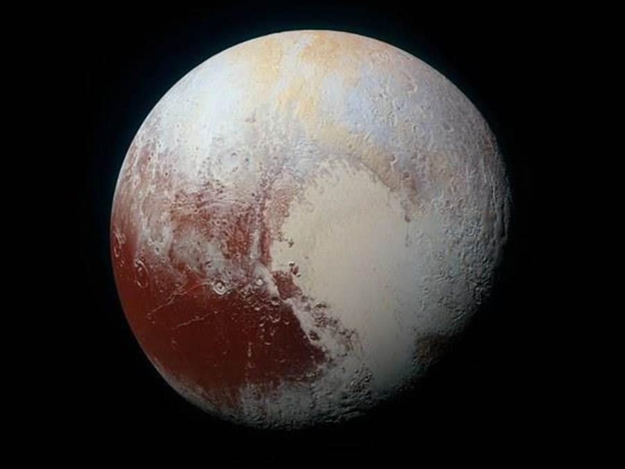在新視野號抵達冥王星後,我們終於有它的真實照片。右下方的白色心形被命名為史普尼克高原。(圖/NASA)