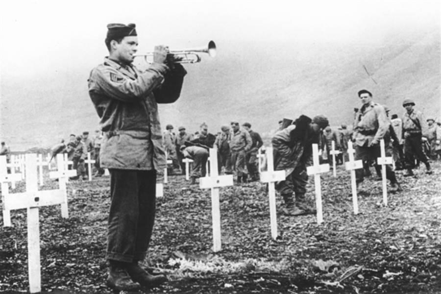 阿圖島收復戰結束後,美軍安葬了陣亡的日軍,雖然他們日軍都不信基督教,還是依美國主要信仰以十字架做為墓碑。(圖/美聯社)