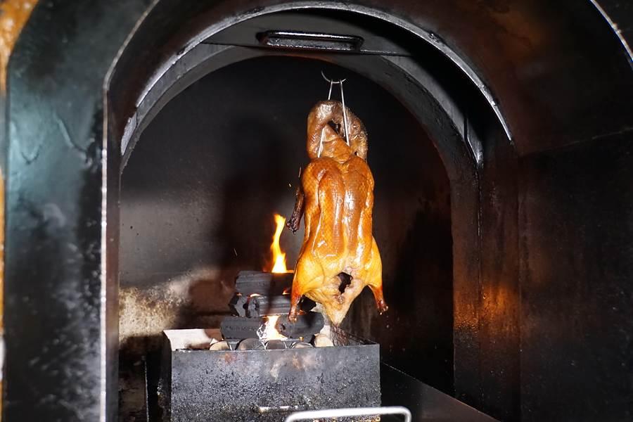台北W飯店〈紫艷〉中餐廳廚房設有石頭砌的果木窯烤爐,只是因為過去少用,所以知道的人不多。(攝影/姚舜)