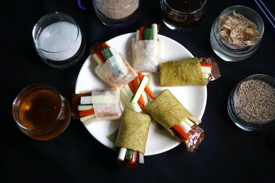 〈紫艷片皮鴨〉新增了餅皮與餡料,讓食客可以享受多重美味。(攝影/姚舜)