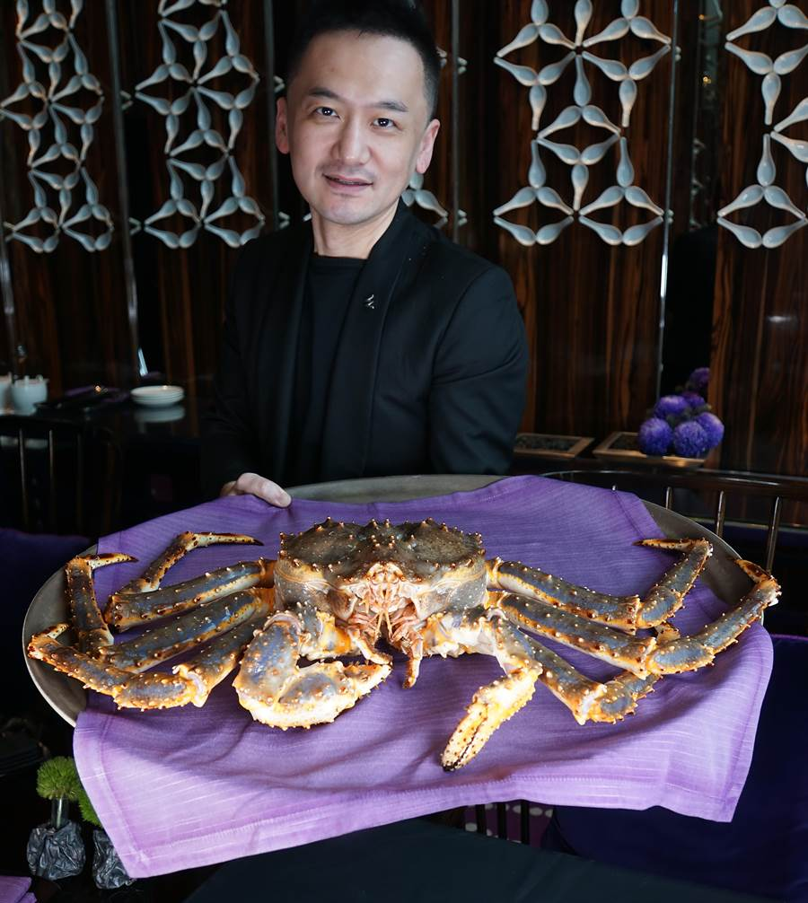 〈紫艷西施泡飯〉內加了鮮活鱈場蟹肉、龍蝦肉與干貝熬煮,滋味更加鮮濃。(攝影/姚舜)