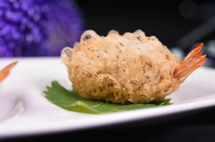 用整尾鮮蝦搭配松阪豬肉、雞粒和冬菇作餡,包在大甲芋頭內酥炸的〈芋茸蜂巢鳳尾蝦〉,展現了精緻細膩的做工。(攝影/姚舜)