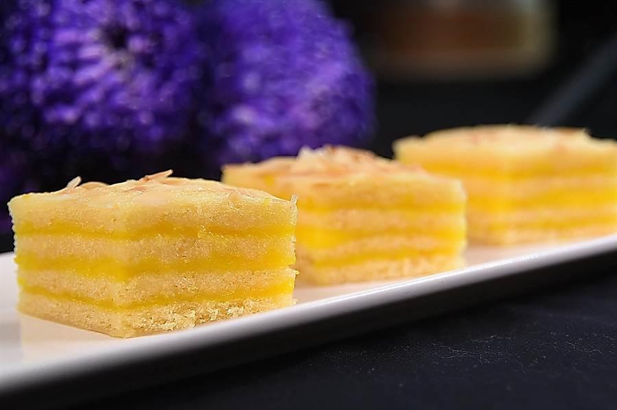 〈奶皇千層馬來糕〉以奶皇餡和椰奶餡交疊,製作出「千層」風味與口感,賦予傳統港式甜糕全新形色味。(攝影/姚舜)
