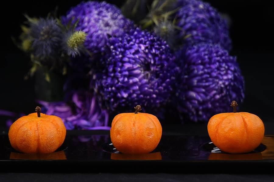 〈南瓜金鑲脆果〉的外皮與內餡都用了南瓜泥,並以南瓜為造型呈現,是一形色味皆誘人討喜的甜點。(攝影/姚舜)