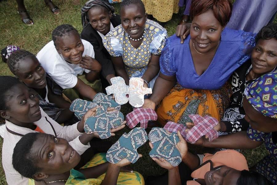 中原大學學生發起愛女孩計畫,教導非洲當地婦女縫製布衛生棉。(中原大學提供)
