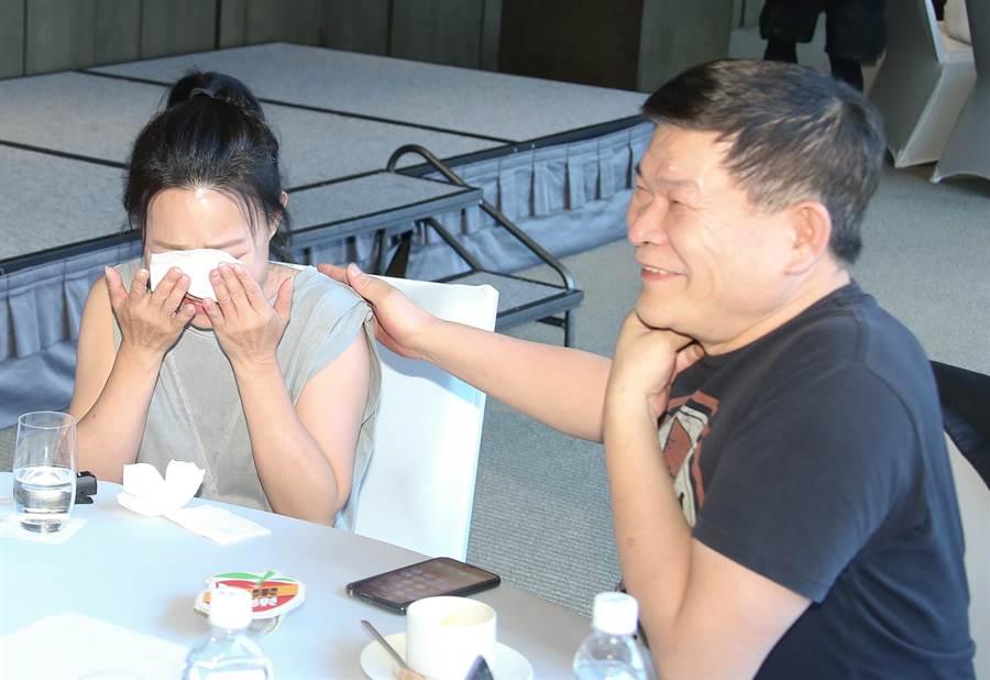呂雪鳳憶起已過世的爸爸,當場淚崩,一旁的彭恰恰相當心疼。(羅永銘攝)
