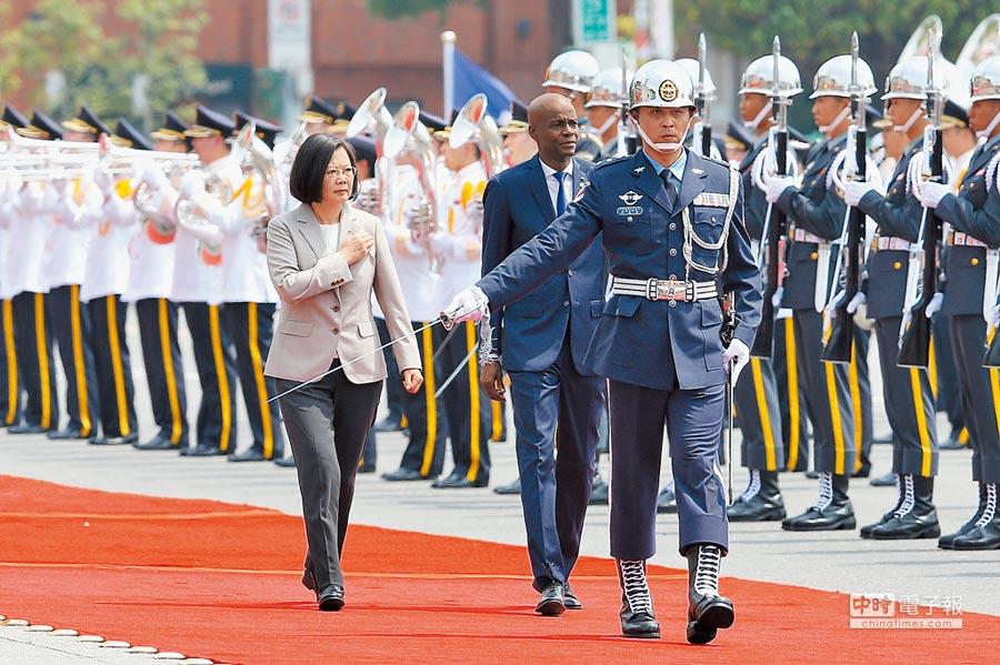 蔡英文總統(左)29日以隆重軍禮歡迎友邦海地共和國總統摩依士(Jovenel Moise)(中),接著雙方舉行雙邊會談及簽署聯合公報,蔡總統也以國宴款待訪團。(黃世麒攝)