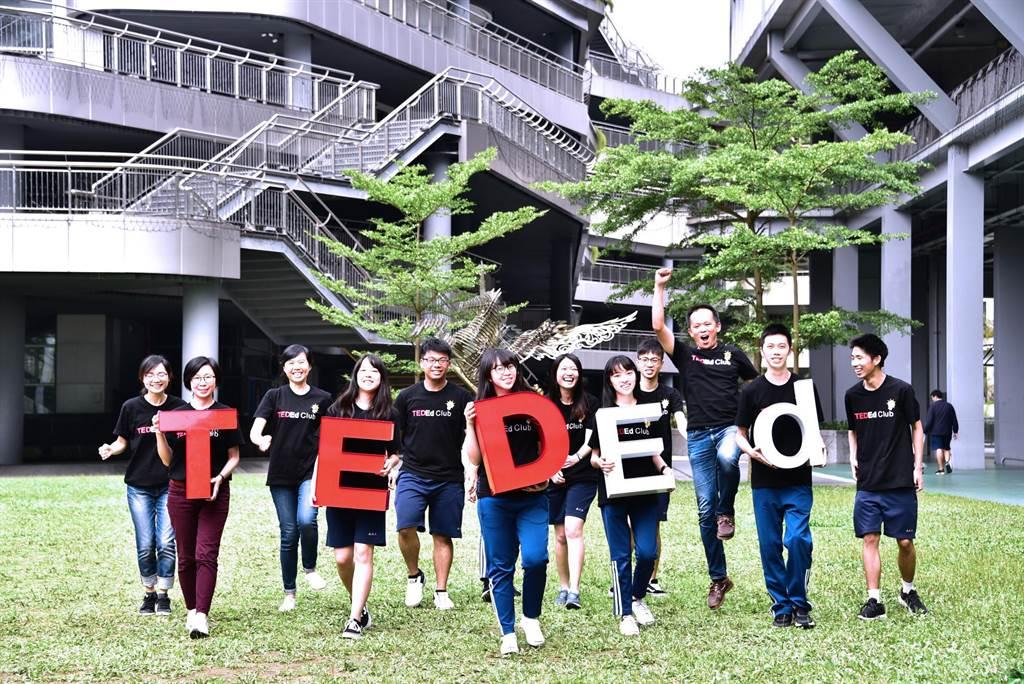 新北市南山高中三年級學生游欣嫻號召同學組成工作團隊,向美國TED提出申請成立TEDEd Club社團。(葉書宏翻攝)