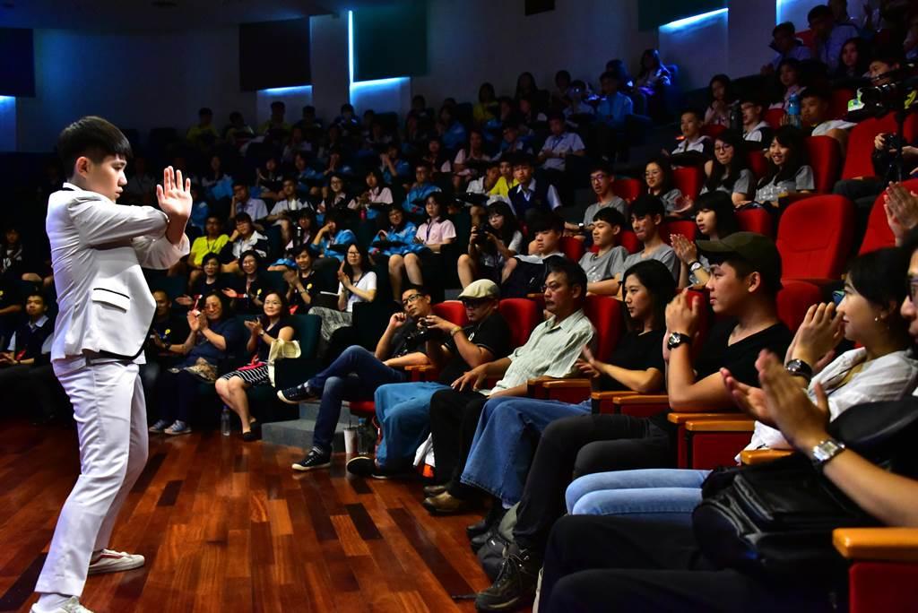 講座由國二學生柯承煙開場分享。(葉書宏翻攝)