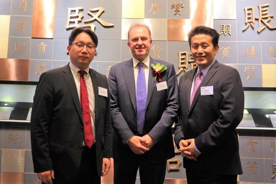 元大投信取得MSCI中國A股國際通指數授權,元大投信總經理劉宗聖(左起)到香港參加A股入摩敲鐘儀式,與MSCI指數公司全球營運長Laurent Seyer、以及亞太區總裁Jack Lin合影。(元大投信提供)